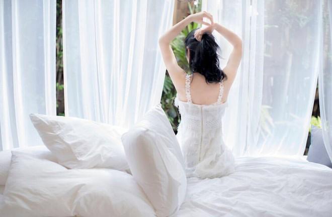 """""""Rổ"""" ảnh sống ảo trên giường của các hot girl Việt, từ trong sáng thiên thần tới sexy táo bạo! - Ảnh 1."""