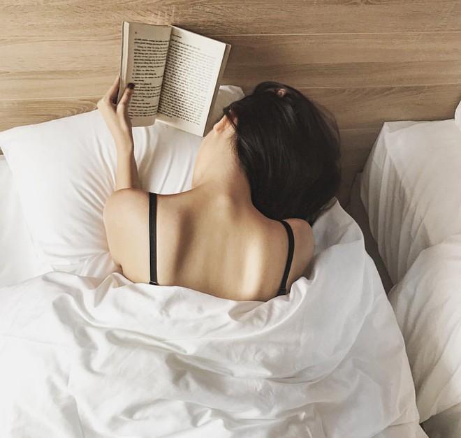 """""""Rổ"""" ảnh sống ảo trên giường của các hot girl Việt, từ trong sáng thiên thần tới sexy táo bạo! - Ảnh 9."""