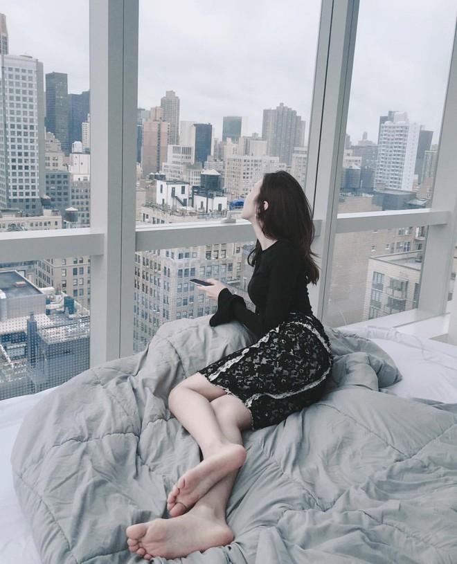 """""""Rổ"""" ảnh sống ảo trên giường của các hot girl Việt, từ trong sáng thiên thần tới sexy táo bạo! - Ảnh 17."""