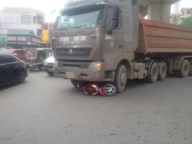 Hà Nội: Va chạm với chiếc xe tải, người phụ nữ tử vong thương tâm - Ảnh 1.