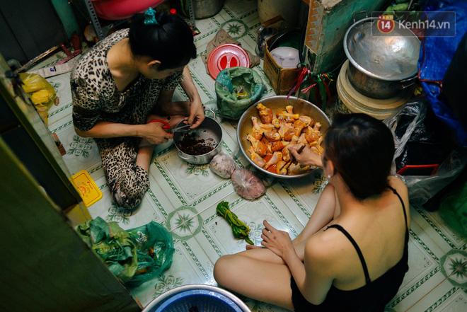 """""""Chị Hai, chị Ba"""" bán xôi Sài Gòn: Hai anh em trốn chạy để được làm con gái và trở về bên vòng tay bao dung của gia đình - Ảnh 8."""