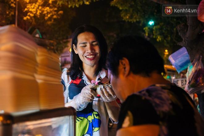 """""""Chị Hai, chị Ba"""" bán xôi Sài Gòn: Hai anh em trốn chạy để được làm con gái và trở về bên vòng tay bao dung của gia đình - Ảnh 14."""