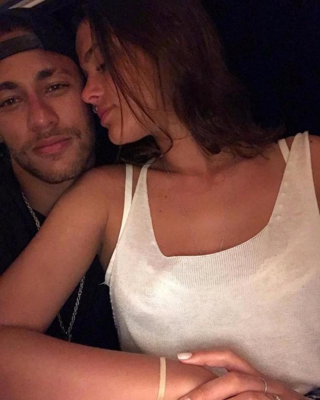 Neymar được bạn gái vỗ về trước ca phẫu thuật quan trọng - Ảnh 1.