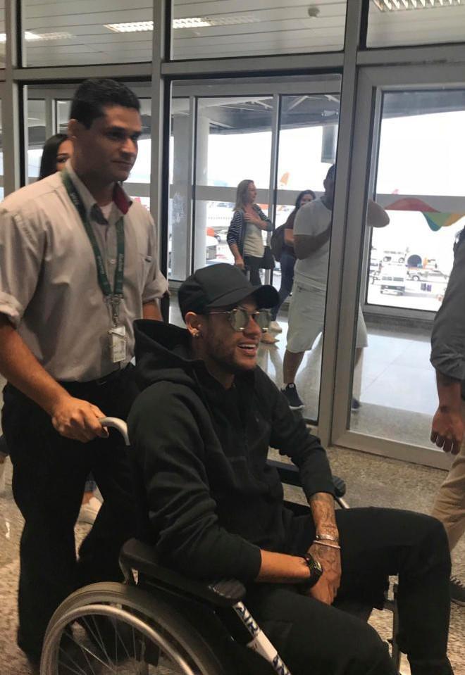 Neymar được bạn gái vỗ về trước ca phẫu thuật quan trọng - Ảnh 3.