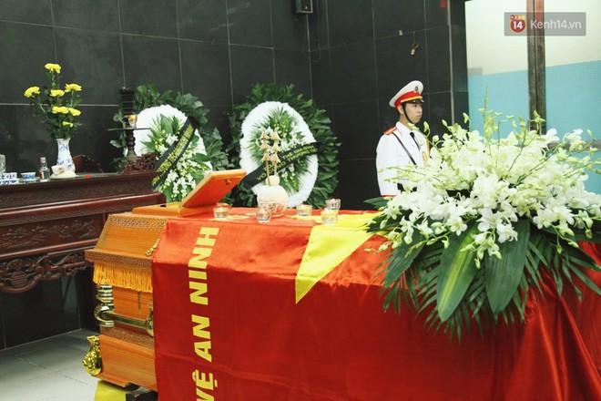Chị gái khóc ngất trong lễ tang chiến sĩ PCCC hy sinh trên đường đi cứu nạn ở cao tốc Pháp Vân - Ảnh 7.