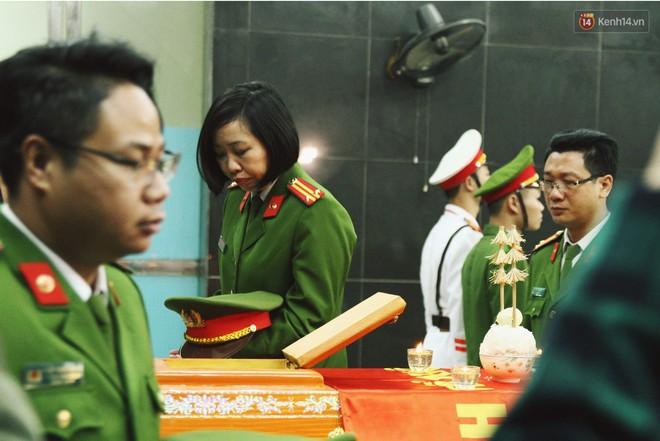 Chị gái khóc ngất trong lễ tang chiến sĩ PCCC hy sinh trên đường đi cứu nạn ở cao tốc Pháp Vân - Ảnh 5.