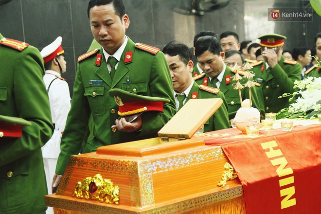 Chị gái khóc ngất trong lễ tang chiến sĩ PCCC hy sinh trên đường đi cứu nạn ở cao tốc Pháp Vân - Ảnh 15.