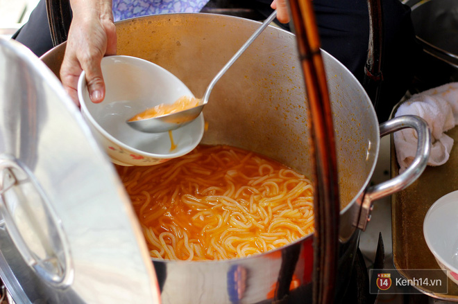 Đây đích thị là hàng bánh canh bán sướng nhất Sài Gòn: mỗi ngày chỉ cần bán 1 tiếng là hết sạch - Ảnh 4.