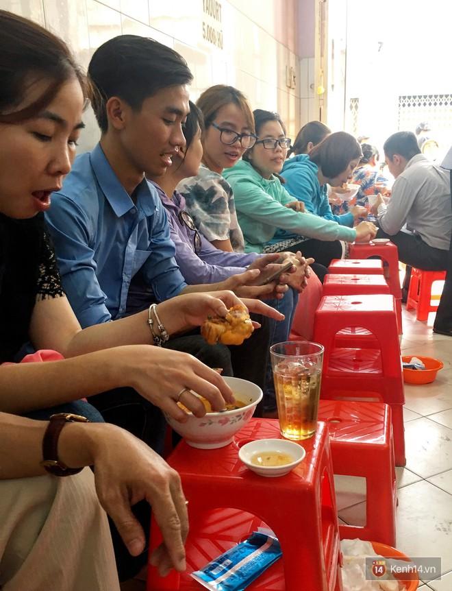Đây đích thị là hàng bánh canh bán sướng nhất Sài Gòn: mỗi ngày chỉ cần bán 1 tiếng là hết sạch - Ảnh 3.