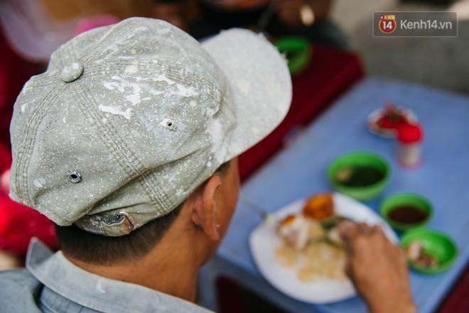 Giờ nghỉ trưa, công nhân, thợ hồ lấm lem bùn đất tranh thủ đến ăn ở quán chị Trinh.