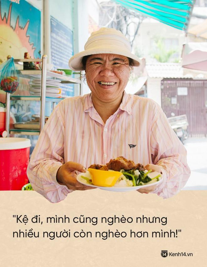 """Cô bán cơm dễ thương hết sức ở Sài Gòn: 10 ngàn cũng bán, khách nhiêu tiền cũng có cơm ăn"""" - Ảnh 1."""