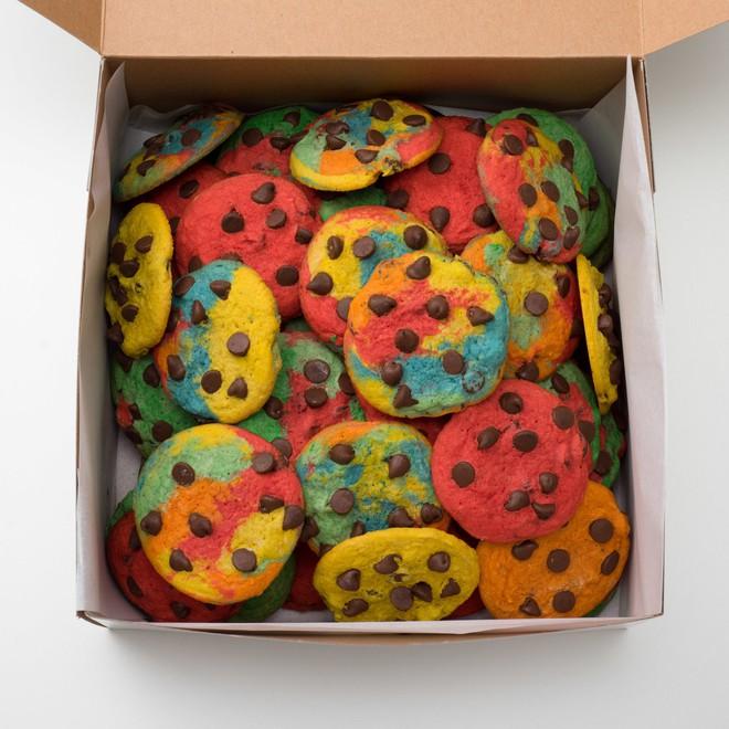 Bánh cookie cầu vồng: chủ quán làm ra để người ăn cảm thấy vui vẻ hơn và giá của nó lên đến hơn 1 triệu - Ảnh 1.
