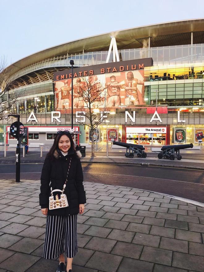 Fan nữ Việt xinh xắn dành cả thanh xuân để đi hết 14 sân vận động nổi tiếng ở châu Âu - Ảnh 5.