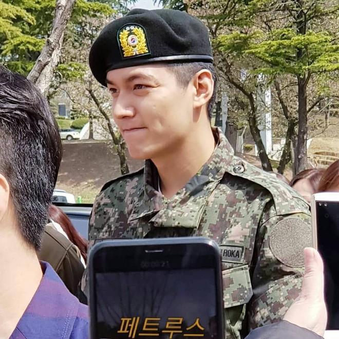 Tài tử Lee Min Ho béo phù cả mặt, ngày càng xuống sắc khi để nhan sắc mộc 100% trong quân ngũ - Ảnh 2.