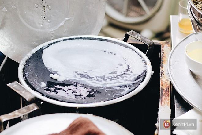 Hàng bánh cuốn lâu năm ở Hà Nội có món nước chấm đặc biệt không hề dùng mắm - Ảnh 3.