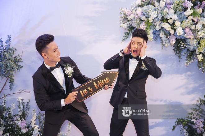 Bố mẹ hai bên gia đình có mặt đông đủ trong đám cưới của biên đạo John Huy Trần và bạn trai Nhiệm Huỳnh - Ảnh 1.