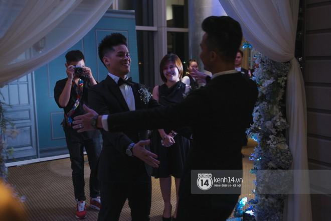 Nước mắt đã rơi trong đám cưới John Huy Trần và bạn trai, nhưng mở ra những ngày tháng hạnh phúc sau 9 năm yêu bền bỉ - Ảnh 3.