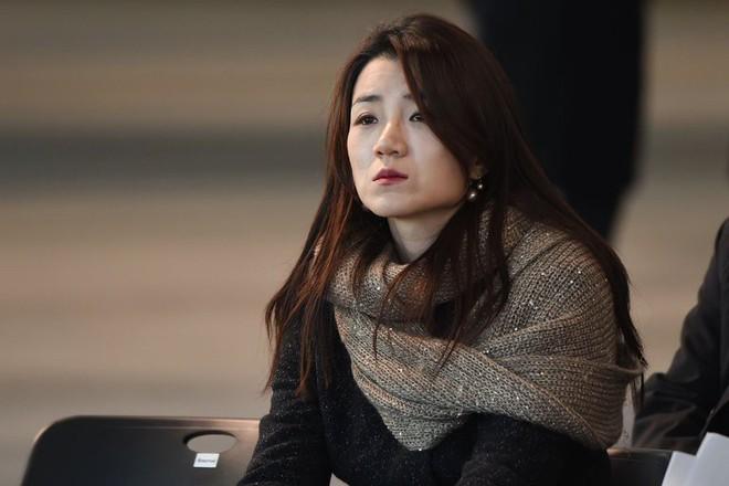 Người thừa kế hãng hàng không Korean Air xuất hiện tại sân bay, cúi đầu xin lỗi sau vụ bê bối hất nước vào mặt nhân viên - Ảnh 3.
