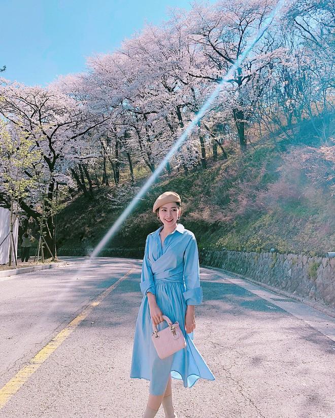 Mặc đẹp không thua kém giới trẻ Hàn, Chi Pu lọt ống kính nhiếp ảnh gia street style tại Seoul khi tới đây du lịch - Ảnh 1.
