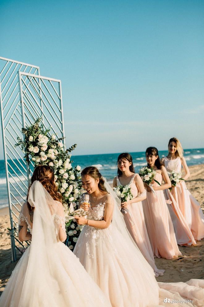 Đám cưới đồng tính của hai cô gái từng là tình địch giữa bãi biển Bình Thuận thơ mộng - Ảnh 8.
