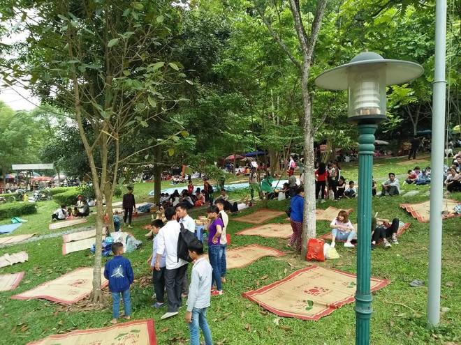 Clip: Biển người đổ về Đền Hùng dù chưa chính hội 10/3, nhiều du khách đợi 2 tiếng chưa lên được tới đền - Ảnh 5.