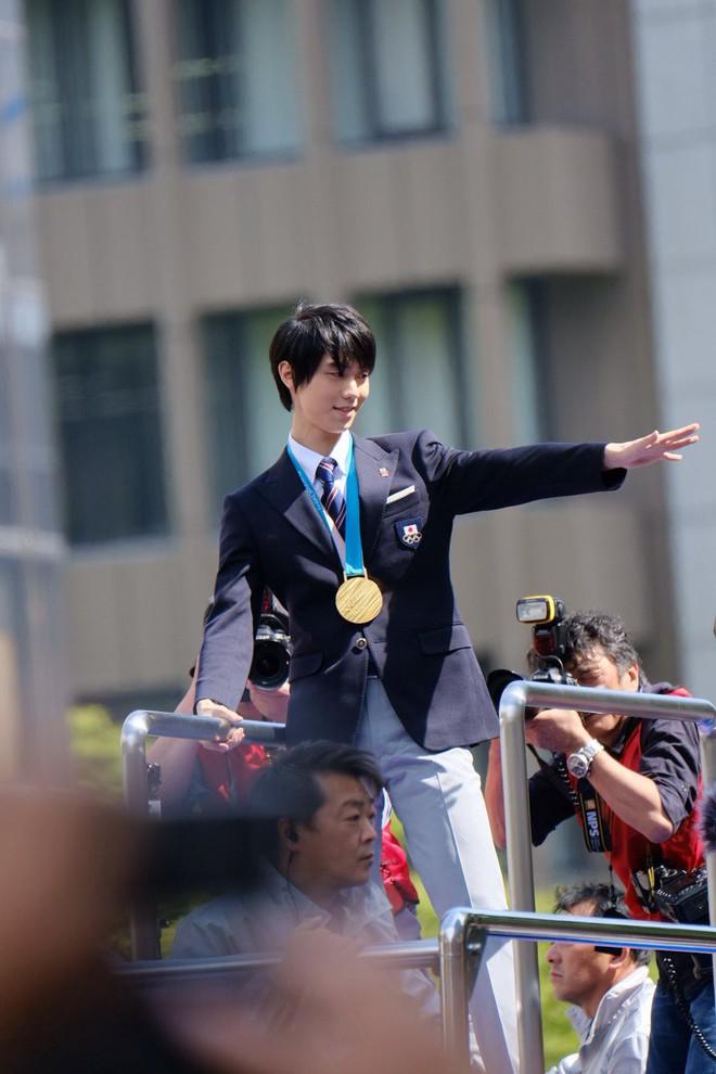 """Biển người Nhật Bản đổ ra đường đón """"hoàng tá» sân băng"""" Yuzuru Hanyu trở về quê, đông không kém fan đón idol Kpop! - Ảnh 10."""