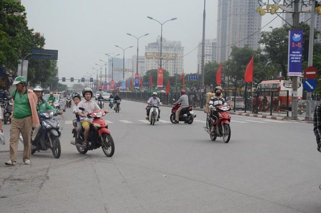 Kết thúc ngày làm việc trước kỳ nghỉ lễ 30/4, hàng nghìn người dân khăn gói về quê khiến nhiều tuyến đường ách tắc 1