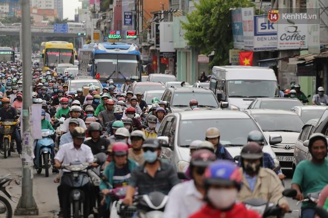 Kết thúc ngày làm việc trước kỳ nghỉ lễ 30/4, hàng nghìn người dân khăn gói về quê khiến nhiều tuyến đường ách tắc 4