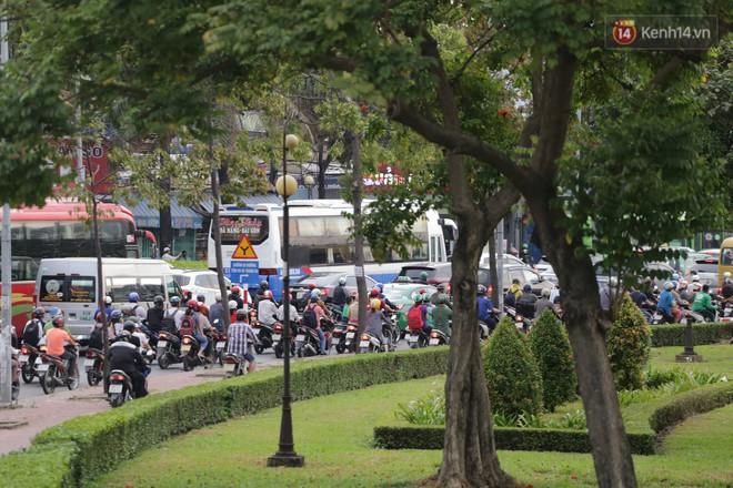Kết thúc ngày làm việc trước kỳ nghỉ lễ 30/4, hàng nghìn người dân khăn gói về quê khiến nhiều tuyến đường ách tắc 25