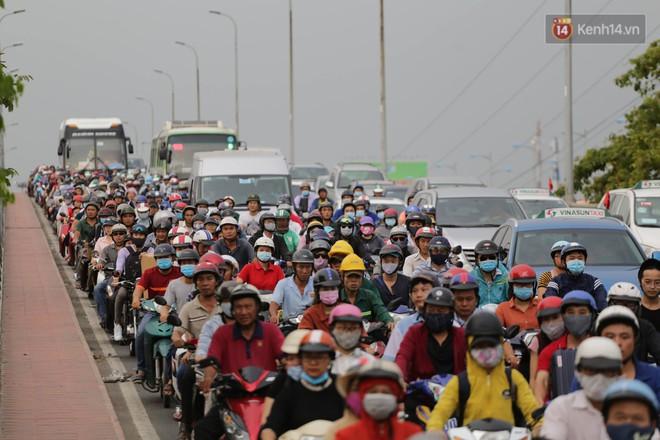 Kết thúc ngày làm việc trước kỳ nghỉ lễ 30/4, hàng nghìn người dân khăn gói về quê khiến nhiều tuyến đường ách tắc 24