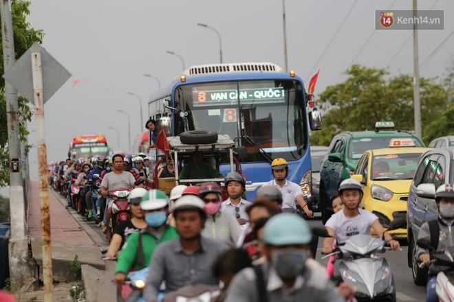 Kết thúc ngày làm việc trước kỳ nghỉ lễ 30/4, hàng nghìn người dân khăn gói về quê khiến nhiều tuyến đường ách tắc 26