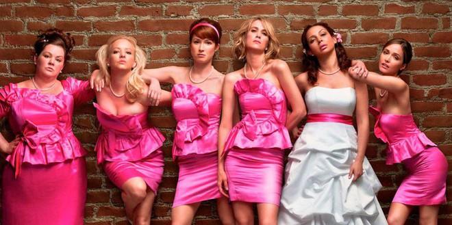 """Chẳng phải tự nhiên mà các phù dâu lại """"xúng xính"""" mặc váy giống nhau nếu bạn biết được lý do này! - Ảnh 1."""