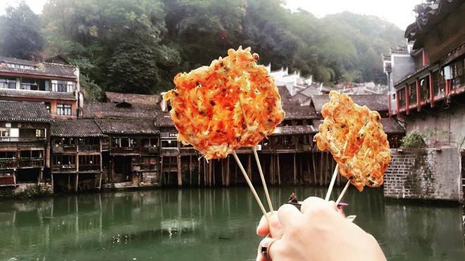 Đến Phượng Hoàng Cổ Trấn đừng chỉ mải mê chụp ảnh mà hãy thưởng thức trọn vẹn nền ẩm thực đặc sắc tại nơi đây - Ảnh 10.