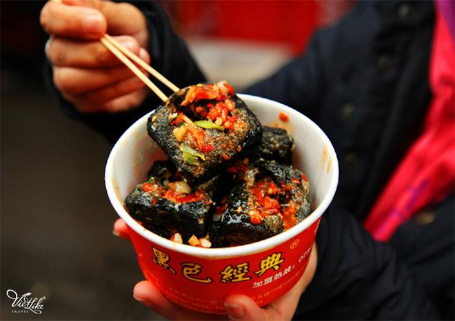 Đến Phượng Hoàng Cổ Trấn đừng chỉ mải mê chụp ảnh mà hãy thưởng thức trọn vẹn nền ẩm thực đặc sắc tại nơi đây - Ảnh 4.