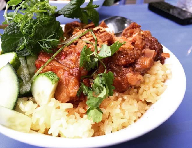 Nửa đêm bụng đói thì vẫn còn những hàng xôi đêm ở Hà Nội đủ để lấp đầy bao tử - Ảnh 8.