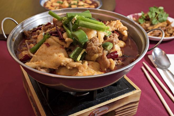 Đến Phượng Hoàng Cổ Trấn đừng chỉ mải mê chụp ảnh mà hãy thưởng thức trọn vẹn nền ẩm thực đặc sắc tại nơi đây - Ảnh 5.