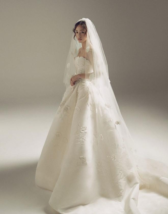 """Tốn đến 240 giờ thực hiện, bảo sao Vogue khen Min Hyorin có chiếc váy cưới """"đỉnh"""" nhất Kbiz! - Ảnh 1."""