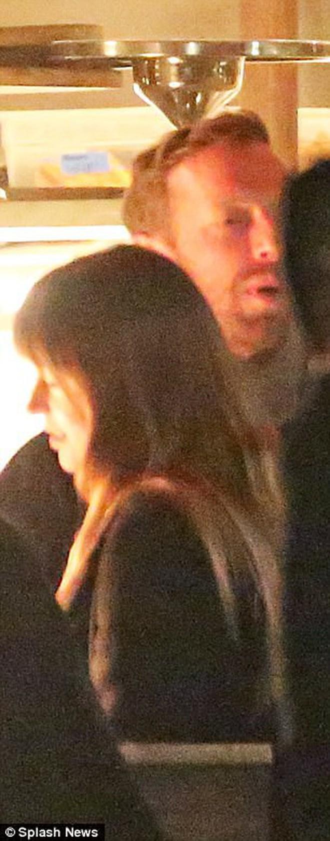 """Mỹ nhân """"50 Sắc Thái"""" công khai hẹn hò trưởng nhóm Coldplay, trở thành cặp đôi quyền lực mới của showbiz - Ảnh 4."""