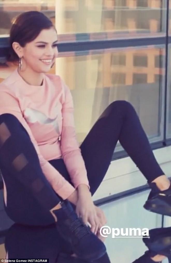 Không thể không yêu loạt khoảnh khắc cực xinh của Selena Gomez ở hậu trường - Ảnh 3.