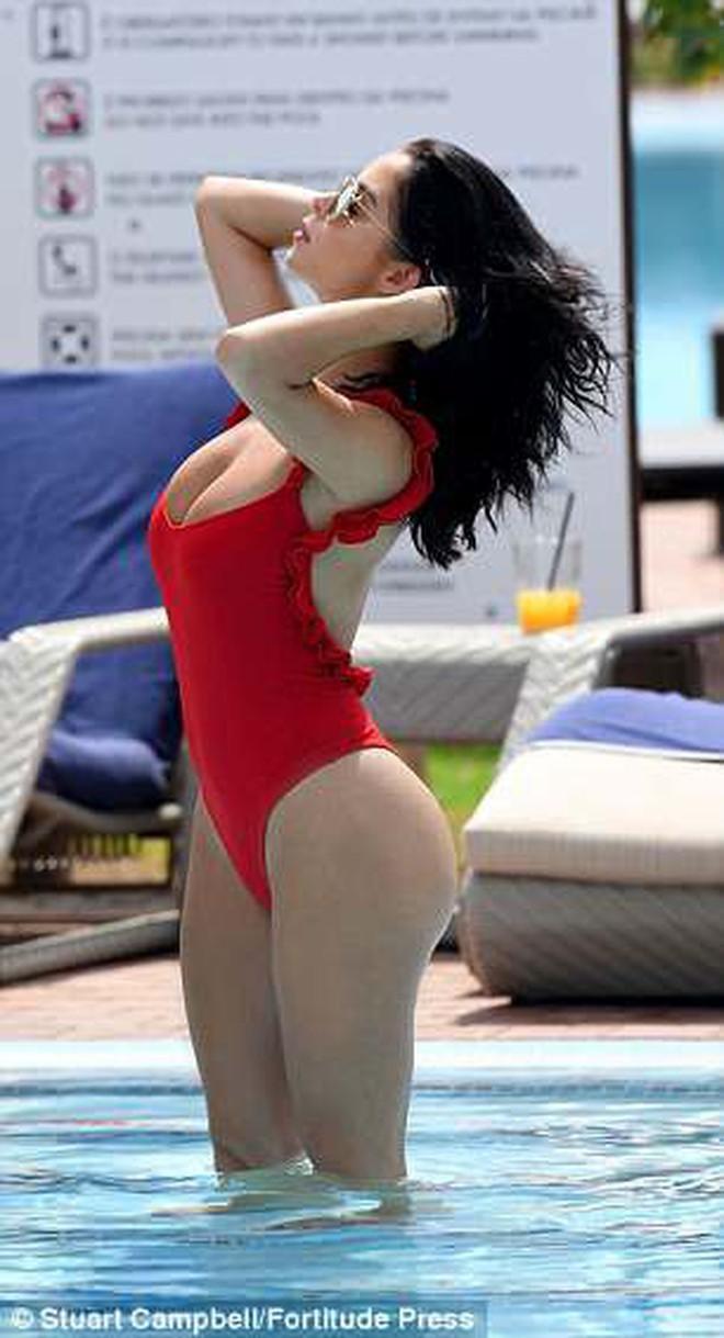 """Demi Rose """"thiêu đốt"""" bãi biển với nhan sắc xinh như Selena, body thì thách thức cả chị em Kim - Ảnh 6."""