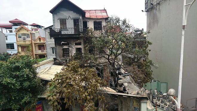 Vụ cháy lớn ở Vĩnh Tuy: Người hàng xóm liều mình bắc thang cứu sống 6 người thoát khỏi căn nhà đang bốc cháy ngùn ngụt - Ảnh 2.