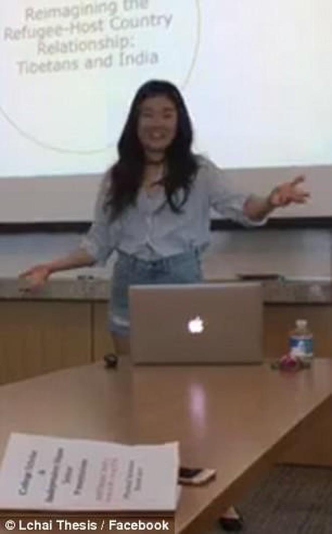 Mỹ: Bị giáo sư chỉ trích khi mặc quần ngắn, cô gái lột đồ ngay giữa buổi thuyết trình tốt nghiệp - Ảnh 2.