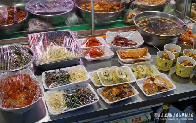 Khám phá ẩm thực khu chợ Tongin, mua món ăn bằng đồng xu cổ của Hàn Quốc - Ảnh 3.