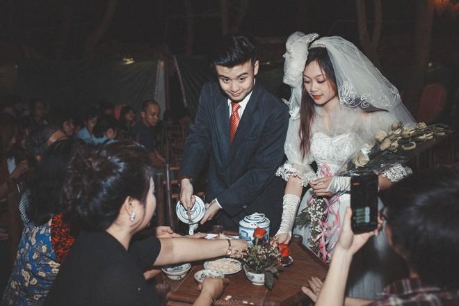 Sinh viên báo chí tổ chức triển lãm không gian cưới thập niên 80s, 90s ngay giữa lòng Hà Nội - Ảnh 3.