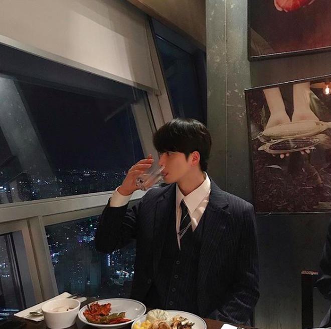 Chàng trai Hàn Quốc này sẽ khiến bạn phải thốt lên: Đẹp như tranh hoá ra là có thật! - Ảnh 4.