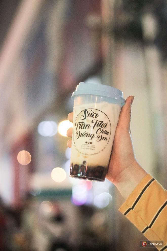 Hàng sữa tươi trân châu đường đen xếp hàng dài kinh hoàng ở Sài Gòn mấy ngày nay - Ảnh 5.