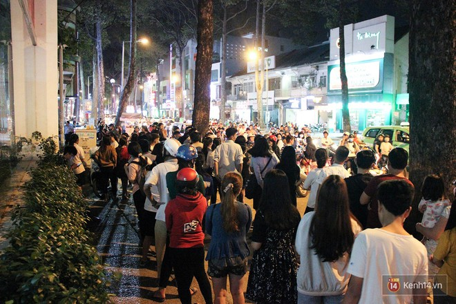 Hàng sữa tươi trân châu đường đen xếp hàng dài kinh hoàng ở Sài Gòn mấy ngày nay - Ảnh 7.