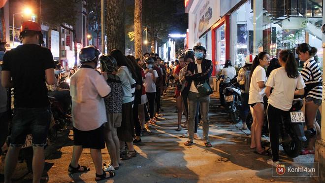 Hàng sữa tÆ°Æ¡i trân châu đường đen xếp hàng dài kinh hoàng ở Sài Gòn mấy ngày nay - Ảnh 7.
