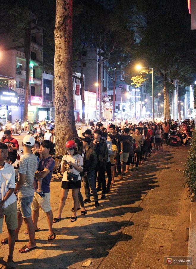 Hàng sữa tươi trân châu đường đen xếp hàng dài kinh hoàng ở Sài Gòn mấy ngày nay - Ảnh 2.