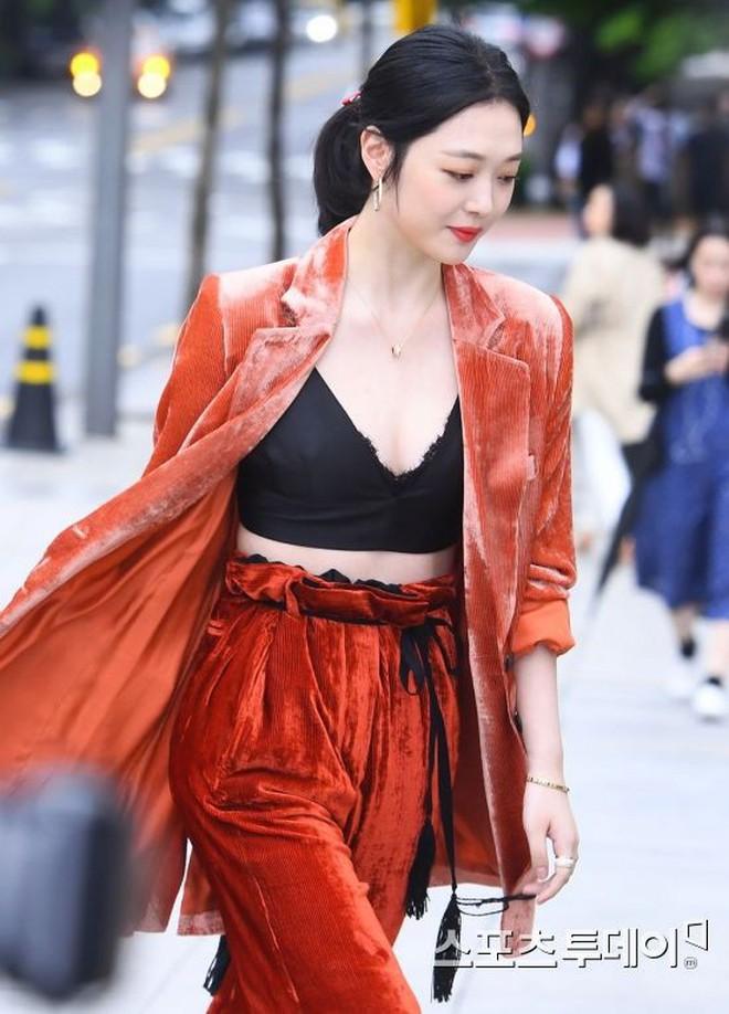 """Sulli trở lại đẹp xuất sắc với màn hở ngực táo bạo, """"chấp"""" cả Hoa hậu Hàn đẹp nhất thế giới và chị đại Kim Hye Soo - Ảnh 4."""